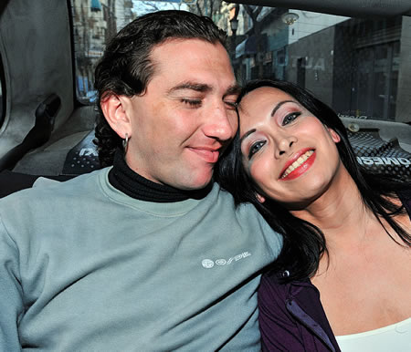 Transexual mamando en el taxi