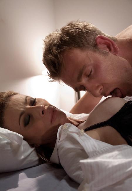 Dandole de mamar entre mi amigo y yo a mi mujer - 3 part 8
